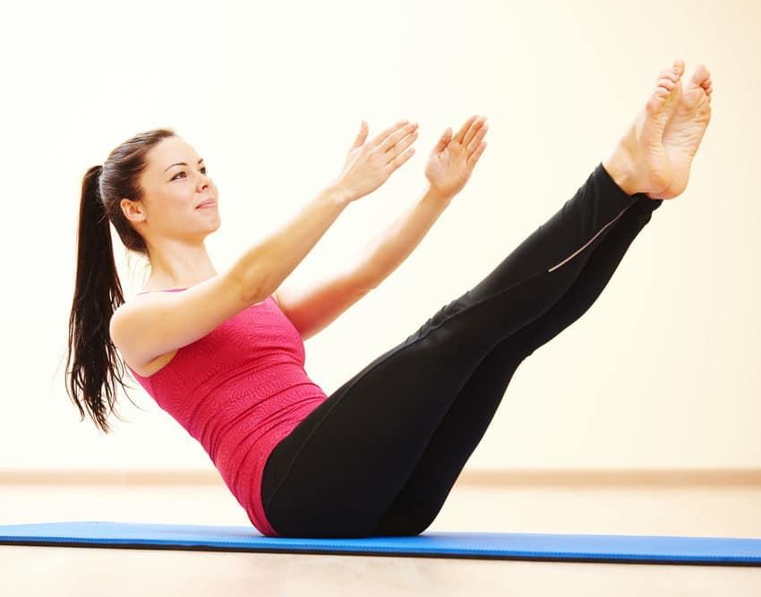 ragazza realizzando esercizio di Pilates