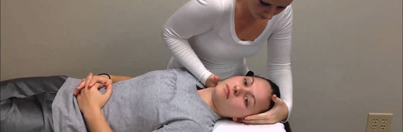 fisioterapista eseguendo manipolazione cervicale
